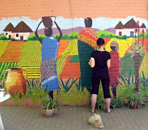 Under första dagen på Our Place målade ungdomarna en fasad på huset för att muntra upp människorna som bodde där.