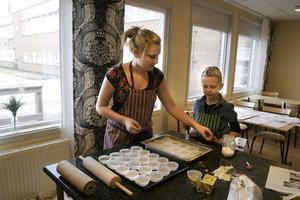 Josefine Wiik fick hjälp av lillasystern Johanna Sjöström Polsk. De bakade kanelbullar som sedan ska säljas. Pengarna går till Operation dagsverke.