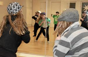 I Sista minuten. En liten stund innan kulturskolans stora Vinterföreställning börjar repeterar danseleverna sina steg framför spegeln en sista gång.