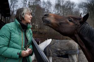 Den ridande författaren.  Lin Hallberg utforskar hästflickorna, och även om böckerna utspelar sig i ridvärlden är det de sociala relationerna som fascinerar henne mest.