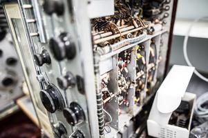 Djäkneberget är fyllt av gammal elektronik, kvarlämnad av radioentusiaster eller militär.