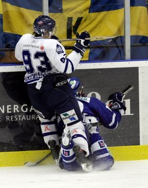 Marcus Jonasén, tidigare i Modo, skickar en Sundsvall Hockey-spelare in i sargen.
