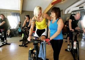 Till vänster Carina Åslund och Anna-Karin Petersen delade på en cykel och cyklade 45 minuter innan det var dags att byta.