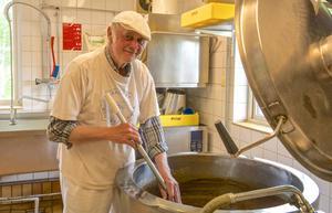Alf Wagenius stortrivs när han kokar messmör. Av hundra liter vassle blir det tio kilo messmör när det har kokat en hel dag.
