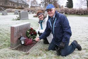 Anna och Klas-Åke Eriksson från Hackås var två av många som på Alla helgons dag tände ljus för att hedra anhörigas minne.