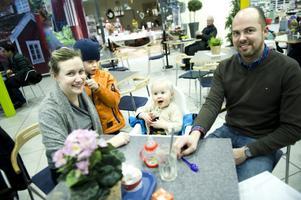 Här sitter Jeanette och Niklas Bergström och pustar ut, med sonen Erik och Milma, knappt ett år gammal.