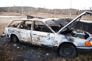 46 minuter efter att räddningstjänsten larmats till den brinnande bussen i Stugsund började den här bilen att brinna.
