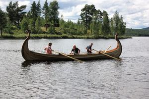 Per-Arne Forsberg, hans pappa, och Torsten Jonsson tog första turen i båten. Det gick lättare än vad de trott att ro och båten gick bra i vattnet.