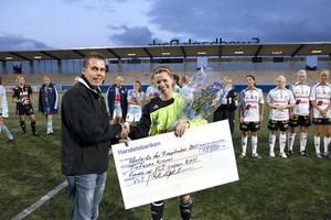 År 2011. BK30-kaptenen Anna Wahlström tar emot lagets check på 10 000 kronor efter att man vunnit VLT-cupen mot Gideonsberg. Kalle Ljungergs sambo var liksom han själv juniorlandslagsspelare.
