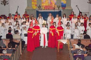 Våmhus kyrka var fylld till bristningsgränsen under helgens luciatablå. Lucian Jennifer Höglund hade 64 sångare i sitt följe.