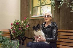 Ulla-Britt Lagergren tillbringar större delen av sin vakna tid på Allas aktivitetshus och har alltid Fia med sig. Självklart firas 70-årsdagen i huset som nu är starkt förknippat med en av bygdens största profiler.