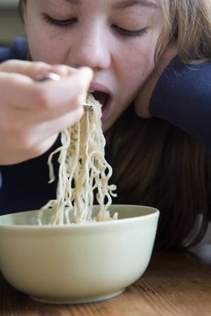 Sanna vill äta nåt godare trots att hon är studen.