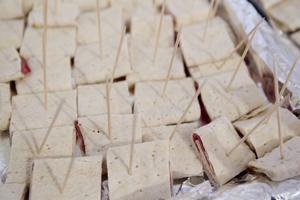 Mat i långa banor: Norrländska renklämmor, angolanska kakor, karelska piroger och chilensk paella.