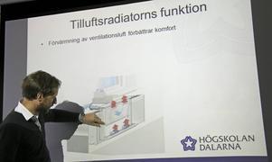 Jonn Are Myhren förklarar tekniken att etablera ett lågtemperatursystem: håltagningar i yttervägg under fönstren i vardagsrum och sovrum leder uteluften till moderna tilluftsradiatorer.
