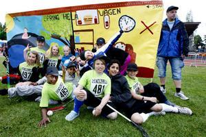 """Sörbyskolans femteklass och deras """"Spring hela vägen""""-skylt hade ett solklart budskap."""