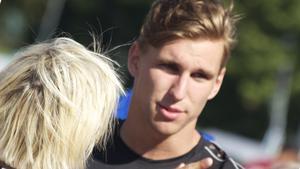 Förbundskapten Ulrika Sandmark gratulerar Jonathan Kling till SM-silvret.