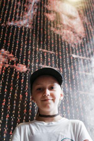 Tova Van Ewijk framför sitt verk.