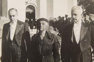 Axel och Margaret Ax:son Johnsons stiftelse för allmännyttiga ändamål bildades 1947. 1958 avled generalkonsuln Axel Ax:son Johnson. Den 27 mars hölls begravningen i Avesta kyrka. På bilden är Bo, Margaret och Axel Ax:son Johnson, bergsingenjören.