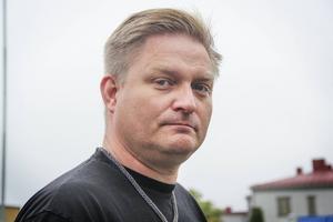 Christian Jensen, fackombud för Lärarnas riksförbund, tycker att det går på tok för långsamt för kommunen att öka antalet behöriga lärare.