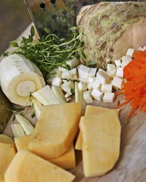 Rivna, tärnade eller skurna i bitar. Nyskördade rotsaker är en tillgång i sensommarköket.   Foto: Dan Strandqvist