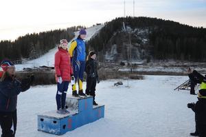 Dampallen. Elin Woxlin, Edsbyns SK, högst upp. Agnes Wilkensson, Gävle, kom tvåa och Sandra Svensk från Vallsta SK trea.