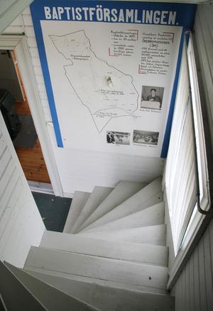 I trappan finns en stor väggaffisch där man kan läsa om kapellets tidigare ägare.