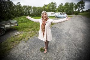 I Aspås ska det byggas bostadshus. Elisabeth Svensson visar området Prästänge.