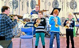 Efter endast en termins trumpetsspelande bjöd trion Gustav Jäderberg, Samuel Skoglund och Fredrik Junevik på medryckande latinamerikanska rytmer tillsammans med läraren Jan Nordqvist.