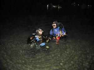 MÖRKT. I den mörka kvällen kommer dykarna att bege sig mot botten i bergtäkten utanför Tierp. På bilden Martin Kardell och Nils Dahlberg.