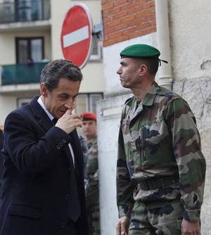 Dubbla roller. Nicolas Sarkozy agerar både som hela landets president och som politisk [mjuk retur]presidentkandidat i samband med terrordåden i Toulouse. Ger det utdelning i valet om drygt en månad?