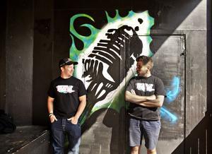 Mikael Bunke och Petter Sveden är två av arrangörerna till Hoforsrocken som går av stapeln i morgon i Folkets Park.