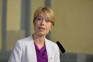 Socialförsäkringsminister Annika Strandhäll vill lägga över mer sjuklöneansvar på företagen.