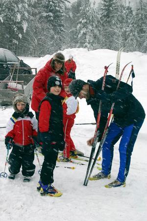 Familjen Kylborn från Almby. Maria och Fredrik heter föräldrarna. Barnen är Erik, 15 månader, Axel 4 år, Karl 6,5 år, och Nils 9 år.