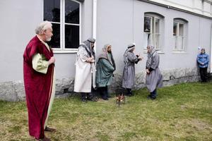 Tre gånger förnekar Petrus att han känner Jesus vid Pilatus palats.