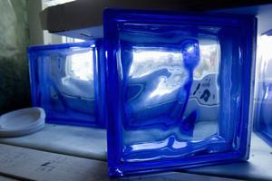 Blå dekor. Kurt tänker smycka duschväggen med betongglas i blått.