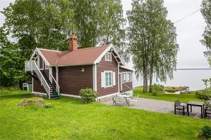 Detta fritidshus från 1901 beläget i Norrsundet har fem rum, badbrygga och egen strand.