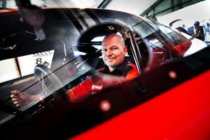 Benny Strand var en av Sundsvallsförarna på Sättnabanan helgen. Här sitter han i bilen han tävlar med, och som han tävlat med i tre säsonger.