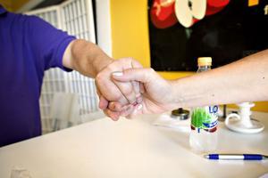 Ibland hälsar Ludde med vänster hand. Det blir en betydligt trevligare och vänskapligare hälsning än ett vanligt handslag.