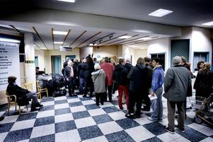 Kön slingrade sig lång uppför trapporna när vaccineringen drog igång på Södertull på onsdagskvällen. De flesta fick vänta i över en timme.