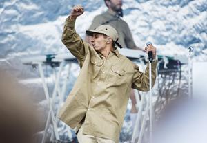 När Bråvalla drog igång på allvar under torsdagen var Daniel Adams-Ray först ut på Luna-scenen. Festivalbesökare sprang över området för att få en bra plats i folkhavet.