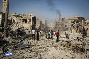 Bilden är tagen i början av augusti i år i den syriska staden Arhia. Staden var känd för sitt Assadmotstånd och bombades därför av regeringsstyrkorna. Befinner man sig här är det lätt till att man lägger sina samlade besparingar för att komma till det som beskrivs som ett paradis – Sverige.
