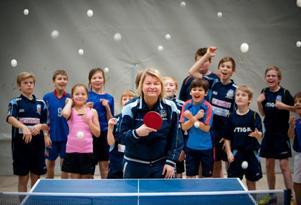 Det är ingen tvekan om att Anna-Carin Larsson är populär bland barnen och ungdomarna i Ås IF. Måndagens träning hade samlat nära 20 spelare.
