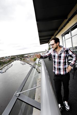 – Det känns säkrare,  säger restaurangdelägaren Ruzze Pour om det nya säkerhetsskyddet som satts upp runt om Fullriggarens skybar.