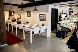 Lunchrestaurangen rymmer 24 platser och uteserveringen på sommaren tar 16 lunchgäster.