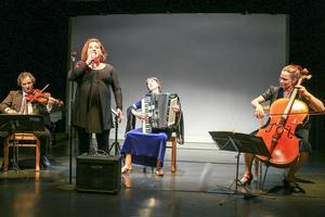 Anne Kalmering sjunger, Semmy Stahlhammer på violin, Miriam Oldenburg på dragspel och Isabel Blomme på cello.
