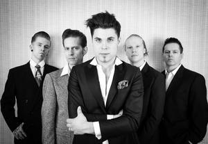 Chris Bergström, Stefan Nykvist, John Lindberg, Olle Tjern och Peter Fröbom tolkar Elvis. Pressbild.