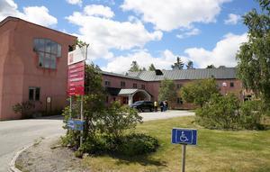 Vidarkliniken i Ytterjärna bedriver sjukvård som är en kombination av skolmedicin och antroposofisk läkekonst. Förhållandet till landstinget är frostigt för tillfället.