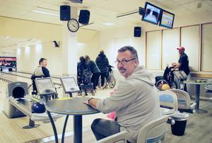 Bowling är bara en av många aktiviteter som Christer Ringh arrangerar för funktionshindrade i Gävle.