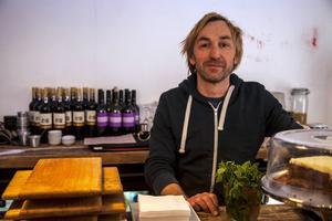 Dan Watson har stora planer för sitt nyöppnade kafé - Berlin. Här ska det bli levande musik och sköna drinkar framöver.