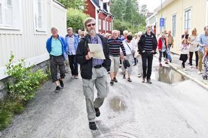 Över 40 personer följer i guiden Lars Lodmarks fotspår genom Öster.